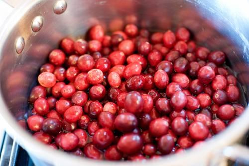 3. Вымойте ягоды как следует под проточной водой. Использовать по рецепту приготовления свинины в брусничном соусе можно как свежие, так и замороженные ягоды. Выложите их в сотейник.
