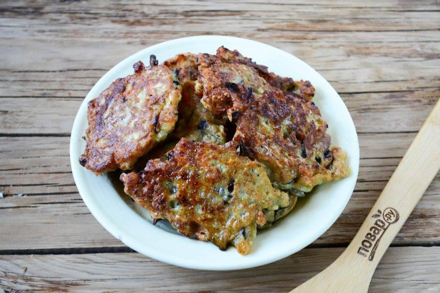 Оладьи из баклажанов и кабачков готовы. Подавать их я советую с соусом (подойдет майонез или кетчуп).