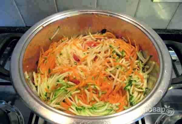Затем добавьте нарезанные помидоры. Картофель, морковь, цуккини (кабачки) натрите на терке для корейской моркови и положите в кастрюлю. Все перемешайте и оставьте тушиться в масле на 5-10 минут.