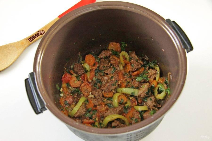 6. Тушите все вместе до готовности овощей. В конце добавьте любую свежую зелень. Говядина с овощами в мультиварке готова.