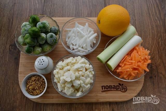 Свежезамороженную брюссельскую капусту разморозьте при комнатной температуре. Овощи помойте, очистите. Морковь и пастернак нарежьте брусочками. Цветную капусту разберите на соцветия. Лук-порей нарежьте колечками.