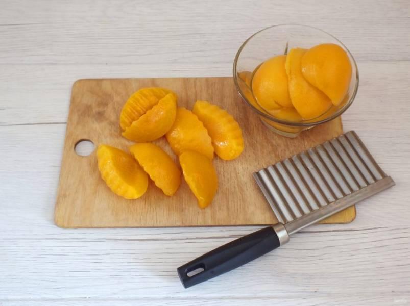 Персики разрежьте на две половинки. Если у ваших формочек позволяет размер, то можно не разрезать фрукт пополам.