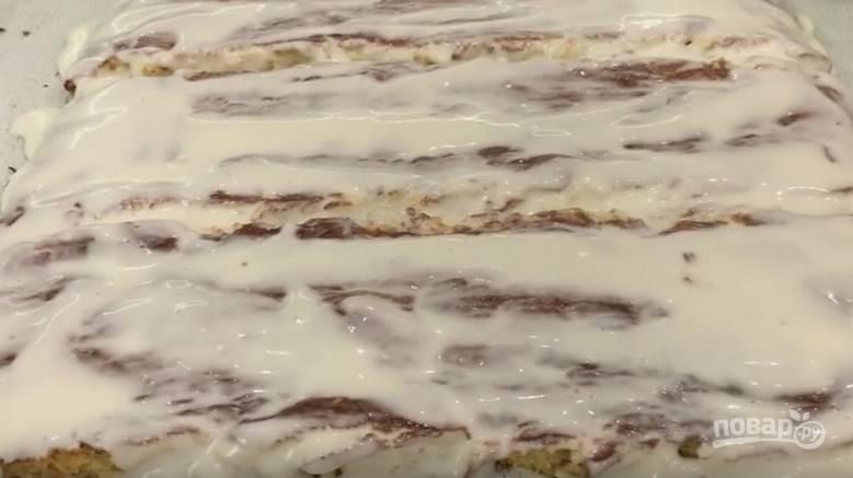 8. Через 10 минут разворачиваем наш корж для пропитки кремом, он должен быть еще теплым. В зависимости от высоты вашего будущего торта (я выбрала 10 см.) нарезаем корж полосами, которые в длину должны быть такими, какой высоты вы хотите получить десерт (у меня, опять же, 10 см.). Смазываем их сметанным кремом. Через несколько минут пропитываем второй раз.