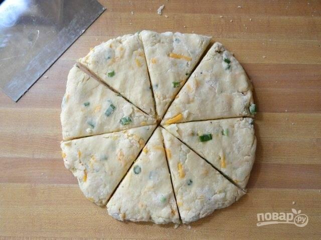 7.Сформируйте из теста лепешку, толщиной около 2,5 см. Разрежьте ее на уголки, как пиццу.