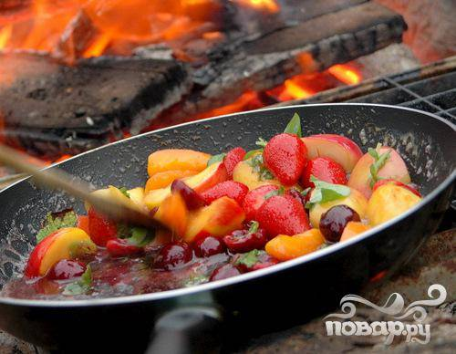5. Добавьте измельченный базилик и мяту, дайте блюду закипеть и снимайте с огня. Не переваривайте фрукты и ягоды! Они должны быть слегка хрустящими внутри!