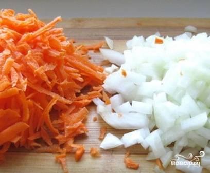 Очистим луковицу и морковь. Помоем и нарежем лук кубиками или полукольцами, а морковь натрем на крупной терке.