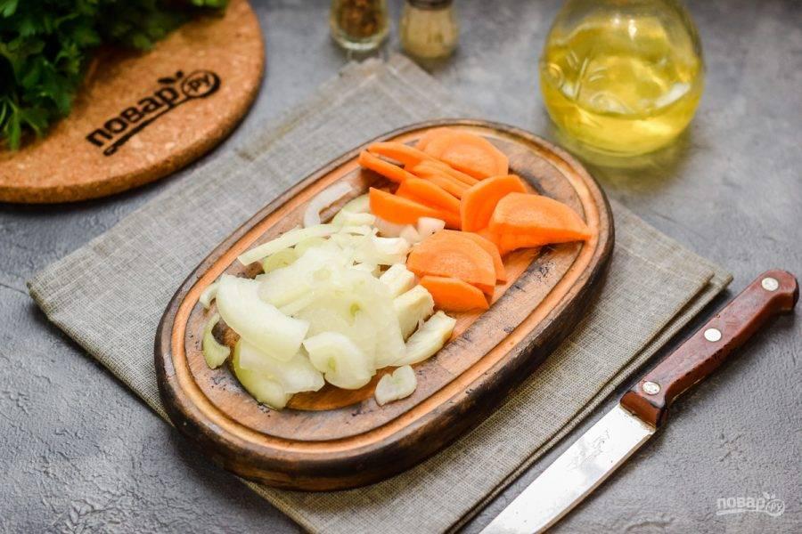 Очистите морковь и лук, овощи ополосните, просушите. Нарежьте морковь небольшими дольками, лук нарежьте полукольцами или кубиками.