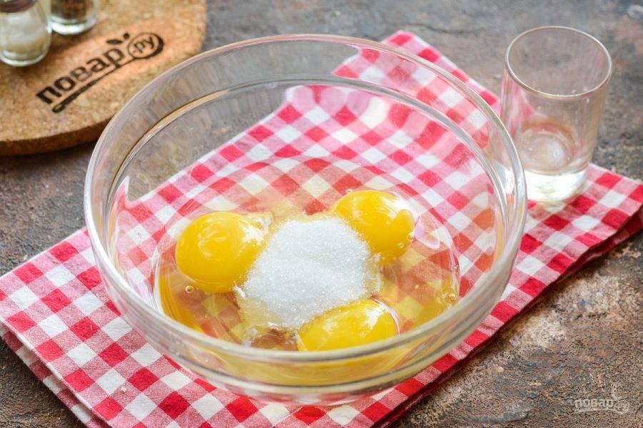 В миску с яйцами добавьте сахар и соль.