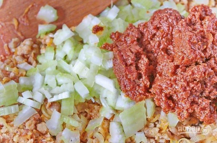 Очистите от грубых волокон стебель сельдерея, нарежьте его на мелкие кусочки. Добавьте сельдерей и песто из томатов к остальным ингредиентам. Влейте стакан бульона или воды, тушите два часа. В конце добавьте перец, парику и перемешайте.