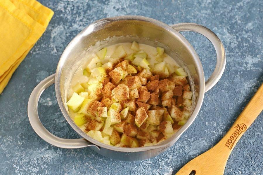 Добавьте нарезанные кубиками яблоки и корицу по вкусу.