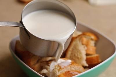 Теплым молоком заливаем хлеб.