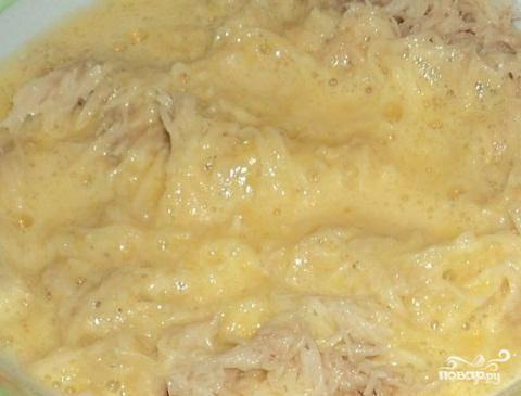 2.Почистите картофель и натрите его на мелкой терке. Добавьте в него яйца и хорошо перемешайте. Яйца лучше всего до смешивания взбить миксером.