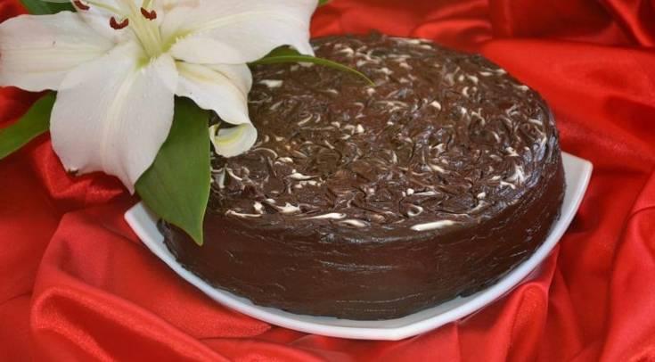 Коржи смажьте кремом, сверху и сбоку смазываем торт шоколадной глазурью. Ставим торт в холодильник на 2 часа. Приятного аппетита!