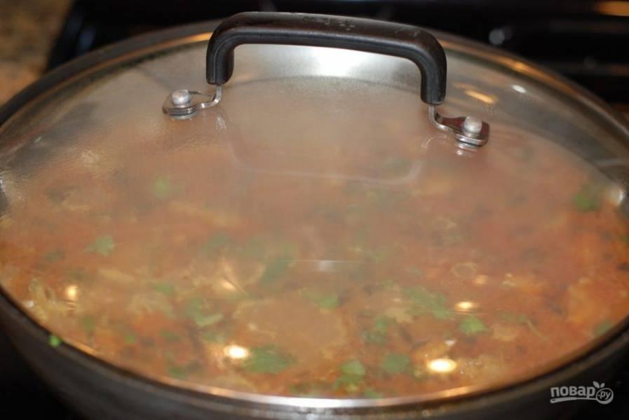 8. Накройте рис крышкой и готовьте 15-20 минут на маленьком огне.
