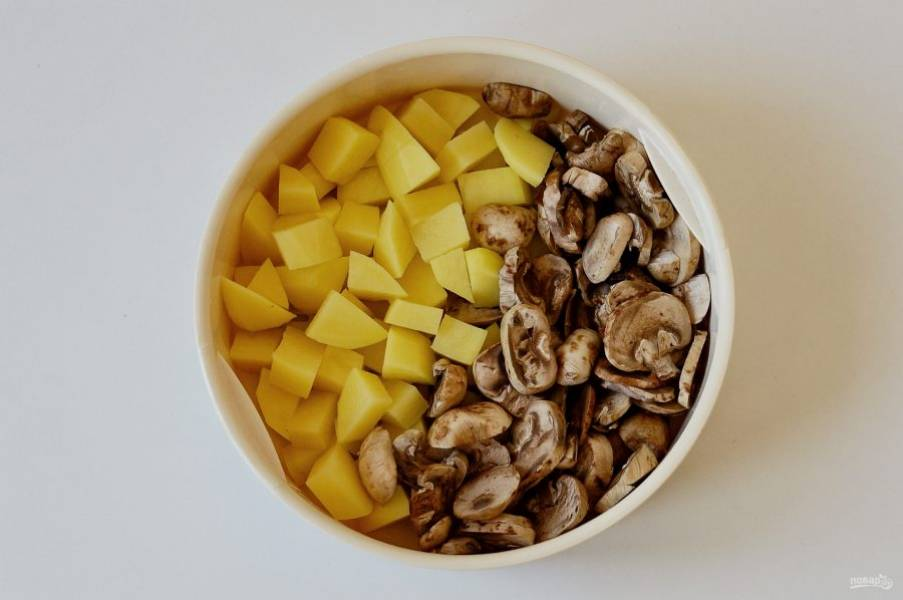 Картошку и грибы нарежьте крупными ломтиками, затем приготовьте на пару 5-10 минут. За пару минут до готовности добавьте крупно порубленный шпинат.