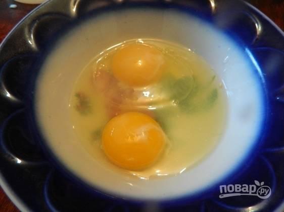 6. Взбиваем 1 яйцо и желток.