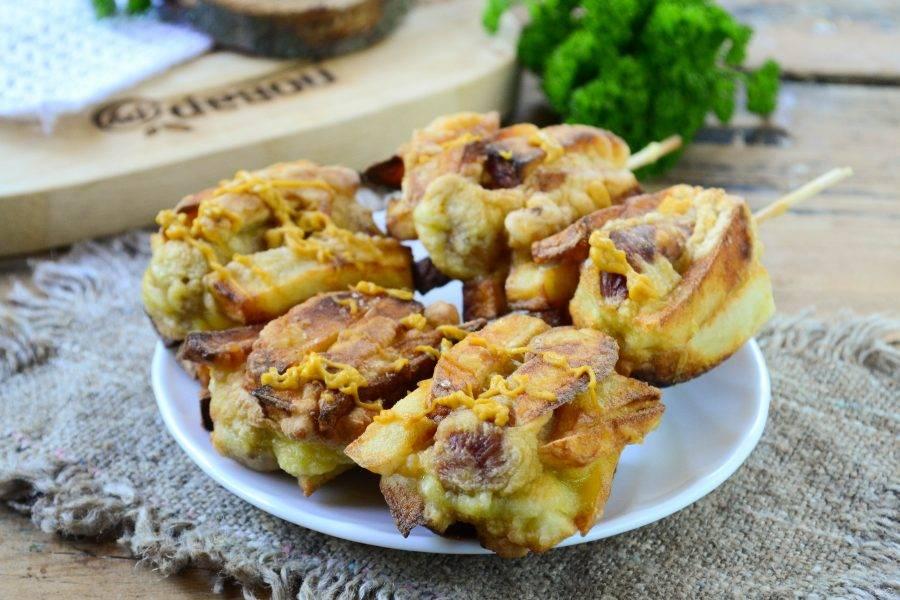 Готовые хот доги из картошки фри подавайте на палочках с кетчупом или горчицей. Кушайте с удовольствием!