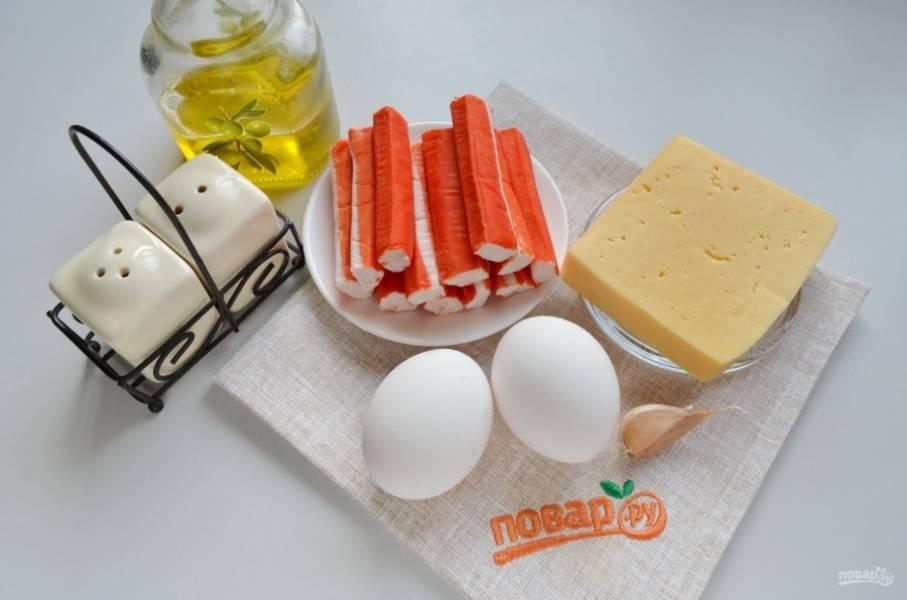 Для котлет понадобятся всего четыре ингредиента: крабовые палочки, сыр, чеснок и яйца. Если яйца мелкие, то возьмите три штуки. Соль и перец используйте по желанию, на мой вкус соль не нужна совсем, а вот перца щепотку добавить можно. С крабовых палочек снимите обертки, очистите чеснок. Приступим.