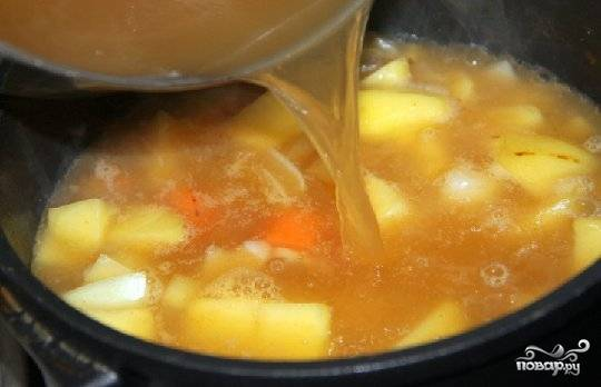 Добавить порезанный кубиками картофель и кастрюлю долить водой или овощным бульоном. Варить 15 минут.