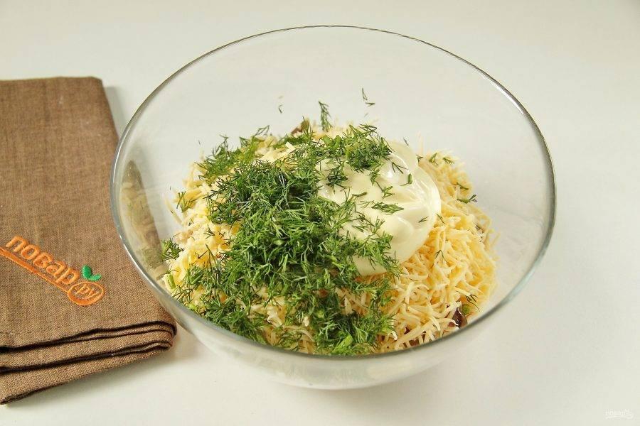 Добавьте измельченный укроп и майонез. Перемешайте салат. Если соли маловато, то посолите салат по вкусу.