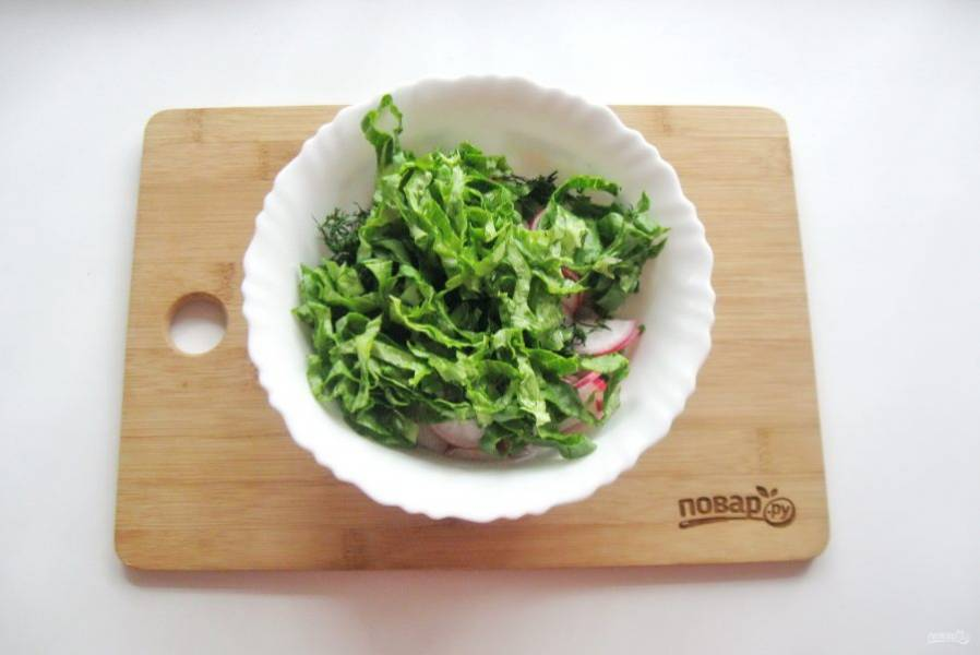Зеленый салат помойте и нарежьте, но не очень мелко. Кто-то предпочитает рвать руками, но это на любителя. Добавьте в миску к остальным ингредиентам.
