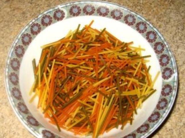 Спагетти поломайте на куски. Можно взять и вермишель, но у неё есть свойство развариваться в кашу.