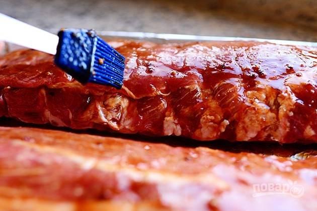 3. Смажьте ребрышки маринадом с помощью кухонной кисточки.