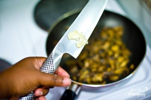 Кладем в масло мелконарезанный чеснок. Обжариваем немного, затем кладем нарезанные грибы, солим и обжариваем до готовности, постоянно перемешивая (минут 7-13).