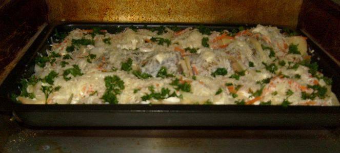 5. Ставим в духовку на 180 градусов, после чего постепенно снижаем температуру. Запекаем около 40 минут и в конце посыпаем сыром и зеленью.