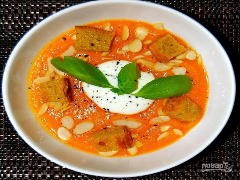 Подайте суп из тыквы с хрустящими сухариками, сырным кремом или сметаной, украсив лепестками миндаля и листочками свежего базилика. Приятного аппетита!