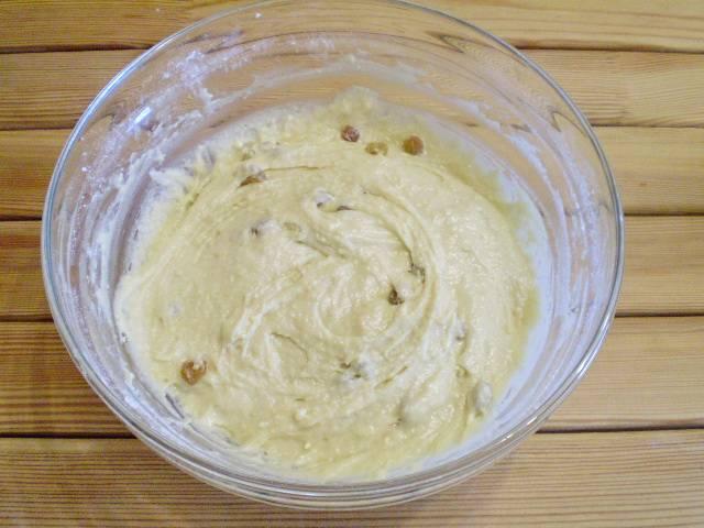 6. В тесто добавьте отцеженный от жидкости изюм, можно и курагу или чернослив, что есть под рукой. Замешайте тесто.