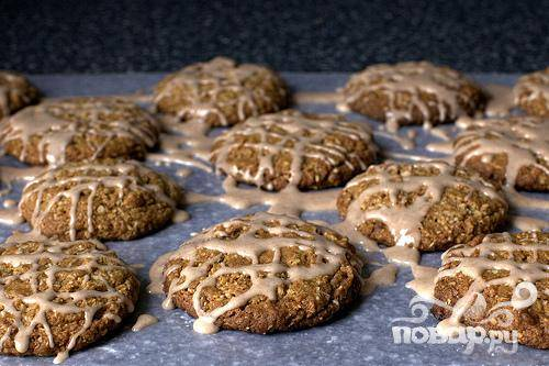 5. Полить глазурью остывшее овсяное печенье. Дать глазури застыть в течение 30 минут. Печенье можно хранить в герметичном контейнере сроком до 1 недели.