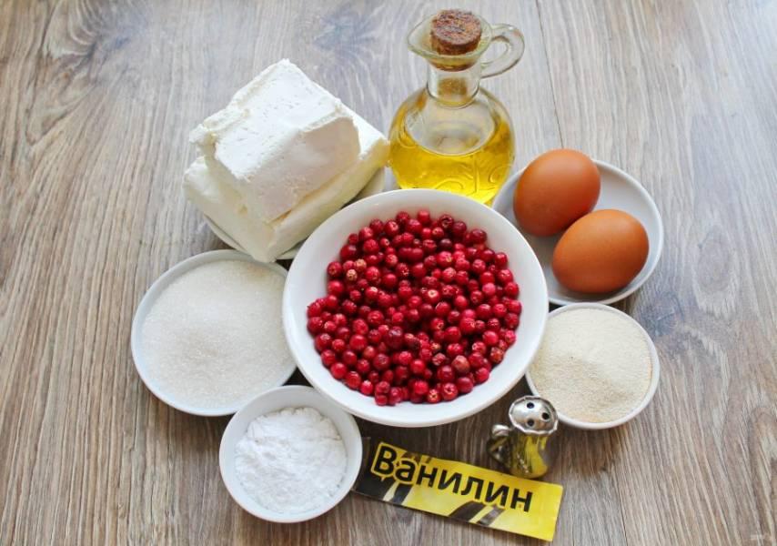 Подготовьте все необходимые ингредиенты для приготовления творожной запеканки с брусникой. Ягоды переберите, сполосните и полностью обсушите.