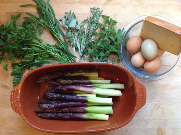 1. Включите духовку нагреваться на 180 градусов. Приготовьте ингредиенты. Зелень промойте, обрежьте кончики спаржи.