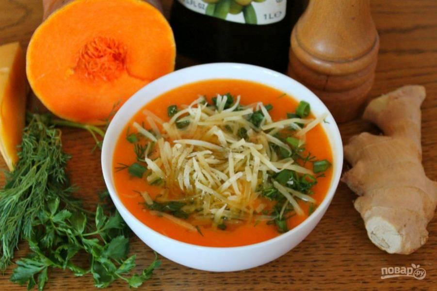 7. Насыпаем тертый сыр и немного черного перца. Тыквенный суп с имбирем готов, подаем горячим. Кушайте на здоровье.