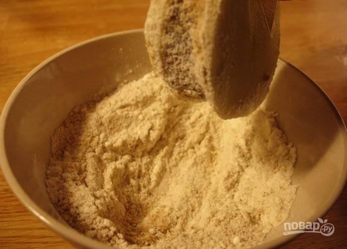 4.Окуните каждый картофельный бутерброд сперва в сухари с мукой, затем в яйцо.