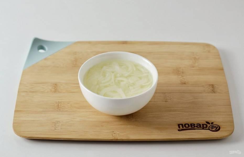 Нарежьте репчатый лук полукольцами. Залейте кипятком, добавьте сахар и лимонный сок, перемешайте, оставьте на 10 минут. Затем слейте воду и немного отожмите лук.