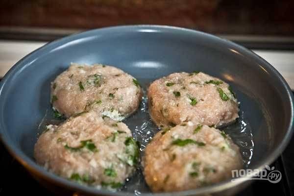7. На сковороде разогрейте растительное масло и выложите котлеты.