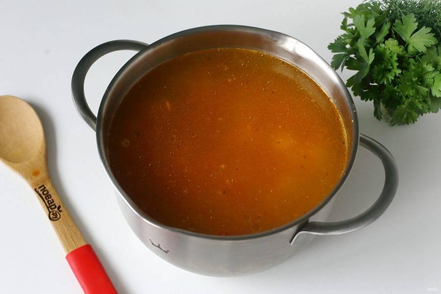 Верните мясо обратно в кастрюлю, добавьте отваренную фасоль, картофель, гречку и овощную зажарку. Отрегулируйте на соль и варите суп на небольшом огне до полной готовности всех ингредиентов.