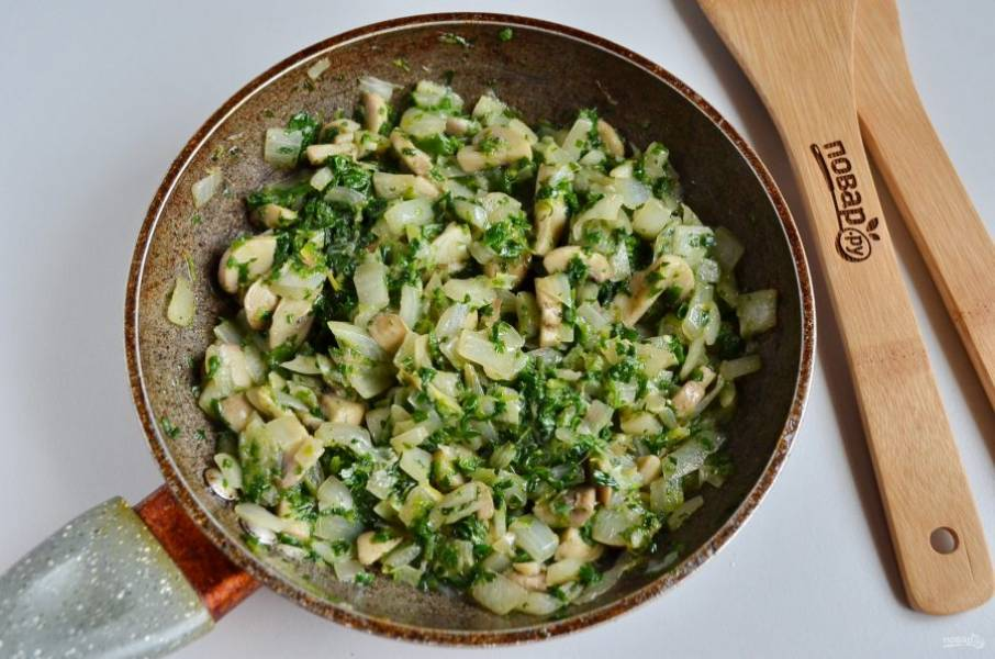 В конце добавьте к грибам порезанный шпинат, обжарьте пару минут, чтобы он привял.