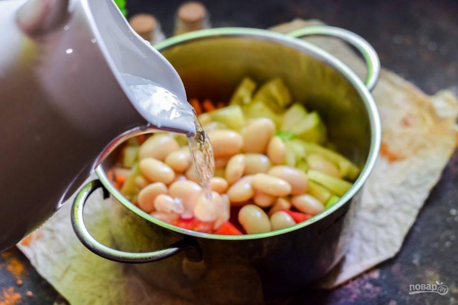 Влейте в кастрюлю воду, добавьте соль и перец.