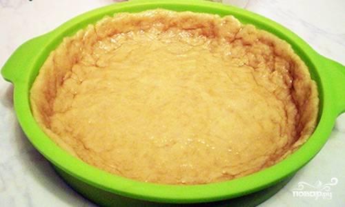 Раскатываем тесто, заполняем им форму для выпечки.