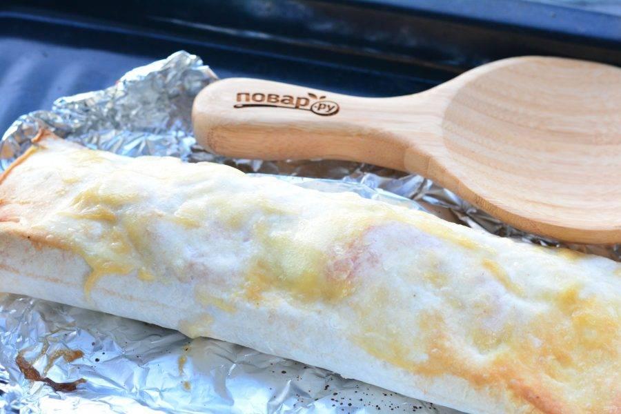 Лаваш смажьте небольшим количеством сметаны и запекайте в духовке при температуре 200 градусов в течение 15 минут.
