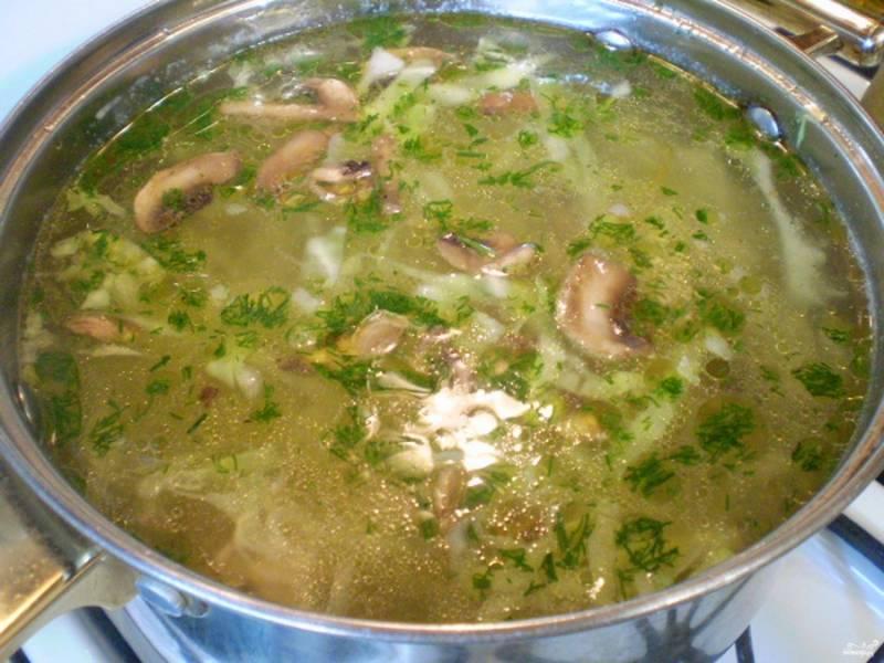 В конце варки добавьте зажарку (лук, морковь, грибы) и зелень. Проварите минутку — и выключите огонь. Суп готов!