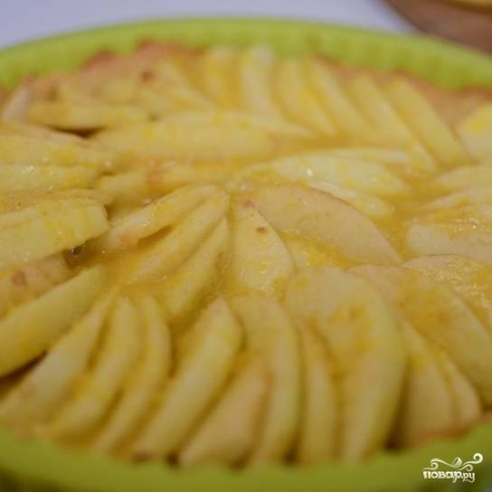 13. Взбитой смесью полейте дольки яблок сверху.
