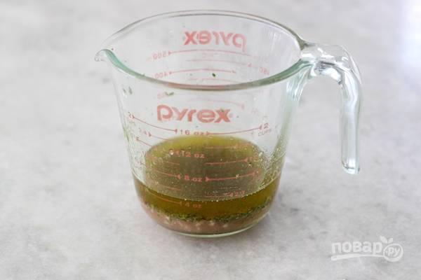 1. В чашке смешайте оливковое масло, винный уксус, лимонный сок, сахар, соль, перец, чеснок и зелень.