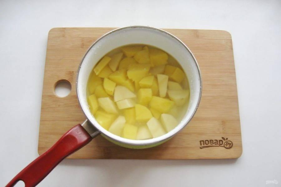 В это же время картофель очистите, помойте и нарежьте. Выложите в другую кастрюлю, залейте водой и варите до готовности.