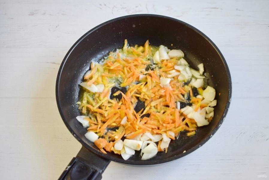 Лук измельчите, морковь натрите на крупной терке. На разогретом масле пассеруйте лук и морковь до мягкости. Отправьте зажарку в суп. Оставшееся масло слейте в миску.