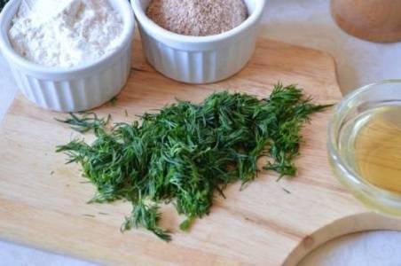 6. Вымыть зелень, обсушить и измельчить. Добавить в фарш зелень, соль, перец, овсянку. Использовать в этот простой рецепт капустных котлет с овсянкой можно абсолютно любые специи по вкусу.