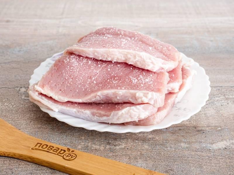 Нарежьте мясо пластинами толщиной не более 1 см. Отбейте с двух сторон. Посолите, поперчите по вкусу.